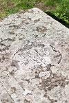 Die alten Grabplatten zeigen schöne Reliefe, sind aber stark verwittert.