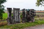 Skulpturen am Rande der Strasse