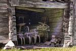 In den Scheunen stehen landwirtschaftliche Geräte.