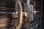 Die braun-grauen Häuser zeugen vom Leben auf einem Selbstversorgerhof im 18. Jahrhundert.