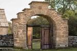 Kirche und Friedhof umgibt eine Mauer aus Kalkstein.
