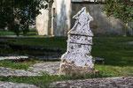 Die Gräber auf dem Friedhof sind uralt.