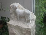 """""""Widerspenstig"""", Stele Kalkstein"""