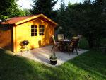 weitere Terrasse mit Gartenhaus, Liegen, Holzkohlegrill, Sitzgelegenheit, Spiele