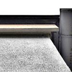 ①屋根下側の現状。勾配が緩く軒の出もないため傷みやすい。