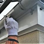 ④雨樋を付け直し防錆塗装。
