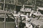 A l'arrière-plan de cette photo, l'échange de cageots au magasin Hauser