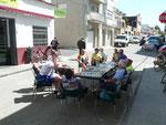 """Pause pique-nique : la rue est à nous et chacun choisi son siège """"Sombra"""", """"Sol"""" même fin avril"""