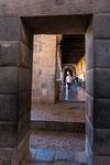 ...vorne Inka- und hinten Spanisches Gebäude...