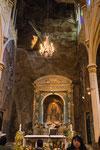 ....der Altar ist in die Felswand integriert.....