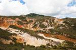 Diese bizarre Landschaft entstand durch Kiesabbau und Erosion.....