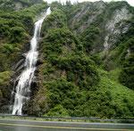 Kurz nach Valdez - unzählige Wasserfälle