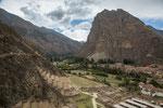 ...Blick von der Ruine auf das Dorf Ollanta...