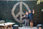 ...Rita neben Daniel - dem stolzen Besitzer und Hippie-Spezialisten...