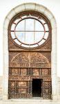 ....das toll geschnitzte Eingangsportal....