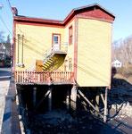 Häuser auf hohen Stelzen wegen des enormen Tidenhubes