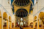 ...die bunte Holzkirche innen...