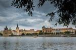 Moldau mit Silhouette der Prager Altstadt...