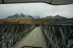 Schmale aber stabile Brücke über den Rio Paine...