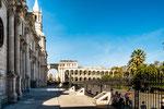 ...links Kathedrale und rechts Plaza de las Armas...