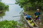 Einheimische versorgen die Besucher mit Kokosnüssen