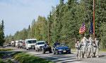 .... die Parade - alles nimmt teil - sogar das Militär ....