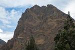 Auch auf diesem extrem steilen Berg sind Ruinen zu sehen...