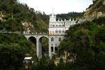 ....das imposante Bauwerk mit hoher Brücke....