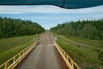 ...über den eine enge Eisenbrücke führt
