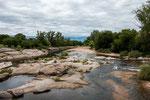 ...und sehr warmen Wasser - aufgeheizt durch die Steine und Felsen.