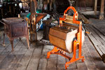 ...eine handbetriebene Waschmaschine aus Holz...