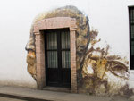 ....Eingangsportal mit einem Gemälde verziert....