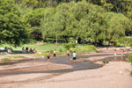 ...die ganz verrückten spielen Fussball im Fluss...