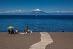 ...der Pfad über den See zum Vulkan...