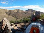 auf einem Gipfel ist ein buddistischer Tempel.....