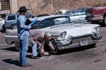 mit der Motorsäge an den Cadillac