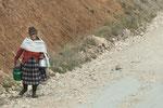 Eine indigene Bäuerin auf dem Heimweg....