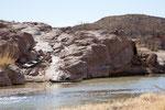 Ein Sänger auf dem Felsen, der Almosensammler im Boot