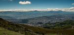 Man sieht wie Quito in dieses enge Hochtal eingebettet ist