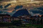 ....El Penol eingerahmt von Farben und Wolken