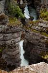 Der Fluss rauscht in dieser Enge mit ungeheurer Energie durch
