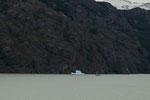 ...ein echtes Schiff und ein Eisschiff...