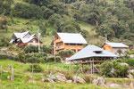 .....die Indigenen bauen Schweizer Chalets in Ecuador.....