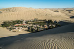 ....Huacachina ist umgeben von riesigen Sanddünen....