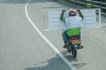 ....auf dem Moped wird ALLES transportiert.....