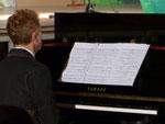 Un pianiste romantique jouait un air nostalgique