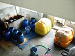 精製された油は、職員の方の手でスクールバスなどへ利用されるべく運ばれていきます。