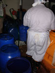 製品化される油とできない油に仕分けされ、ポンプを手作業で回し、2階の精製用タンクへ吸い上げられます。