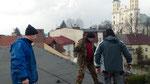 Ostatni odciąg zamocowany do masztu oraz do kotwy w dachu,od lewej,Leszek SP9WZJ,Wiesław SQ9V oraz Gienek SQ9HZM.