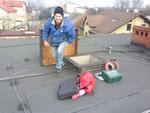 Transport narzędzi oraz materiałów na dach MOK-u,na zdjęciu Leszek SP9WZJ.